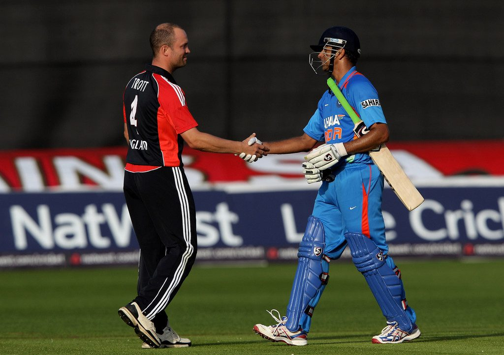 Jonathan Trott congratulating Rahul Dravid after the latter's final ODI innings on 16 September 2011